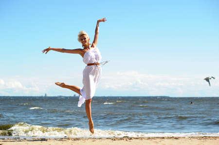 Девушка в белом платье на пляже
