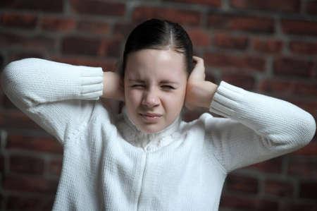 ecoute active: jeune fille avec ses mains couvrant ses oreilles