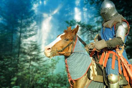 caballero medieval: Caballero a caballo