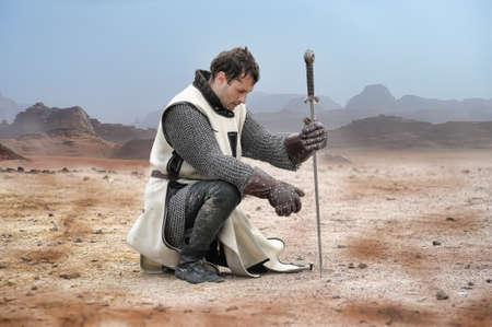 cavaliere medievale: Cavaliere stanco seduto riposo, storico festival a Vyborg, Russia Editoriali