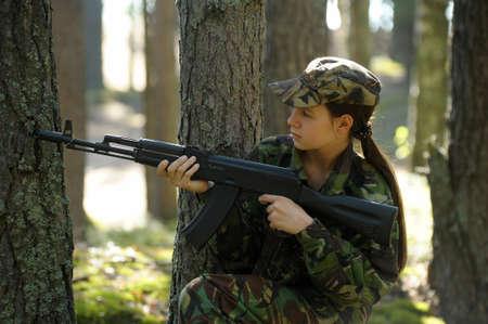 muchacha adolescente con un arma photo