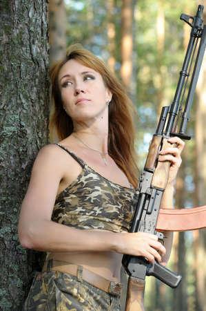 ljuddämparen: Beväpnad vacker ung kvinna