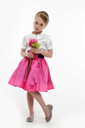 petite fille avec robe: petite fille avec une coiffure rétro et des fleurs dans leurs mains