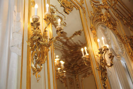 chandeliers d'or � l'int�rieur