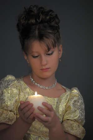 halter neck: Jong mooi, meisje portret door gloed van kaarslicht