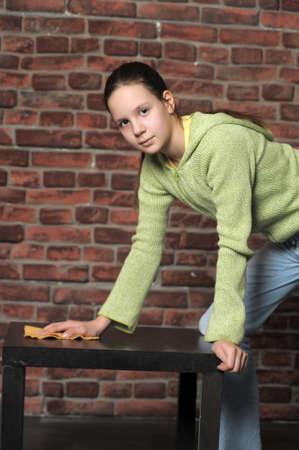chica adolescente limpia mesa Foto de archivo - 15483317