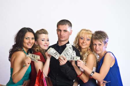 gastos: mulheres com sacolas de compras tirar dinheiro do homem