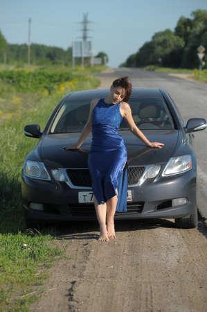 Belle fille debout pr�s de la voiture photo