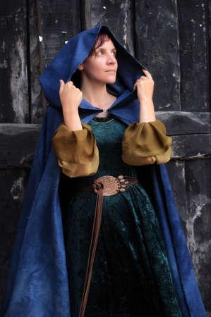 Девочка в средневековом платье и плащ Фото со стока