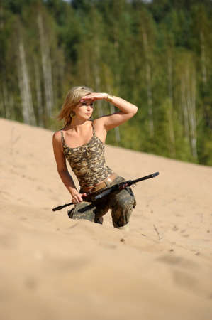 Mujer con rifle photo