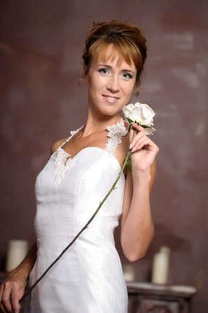 mujer en un vestido blanco con una rosa blanca Foto de archivo - 18805665