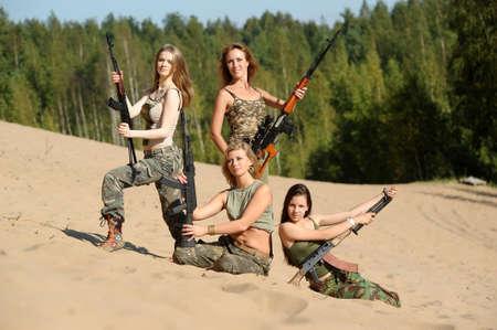 cuatro muchacha armado photo