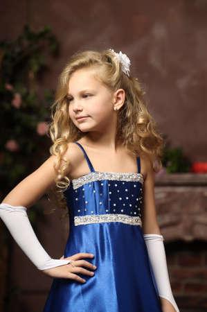sexy girl sitting: bambina in un elegante abito blu Archivio Fotografico