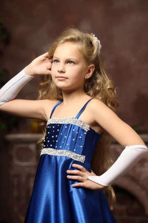 petite fille dans une élégante robe bleue