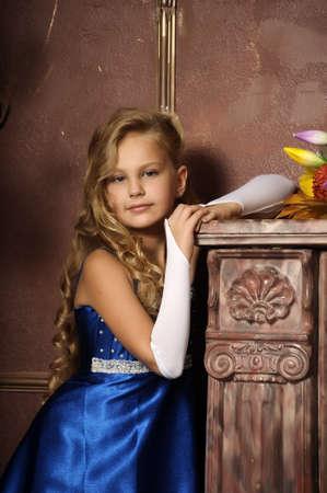 bambini pensierosi: bella ragazza bionda in stile retr�