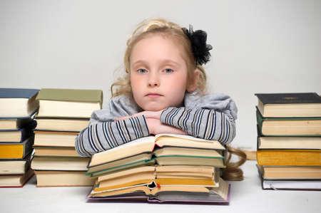 écolière fille avec une pile de livres