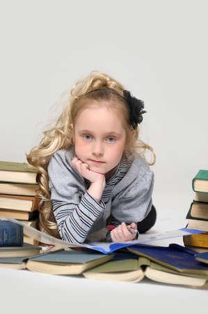 Prodigy: Uczennica Dziewczyna z stos książek Zdjęcie Seryjne