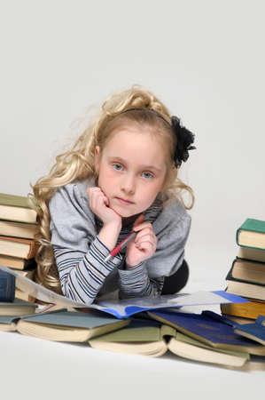 prodigy: studentessa ragazza con una pila di libri Archivio Fotografico