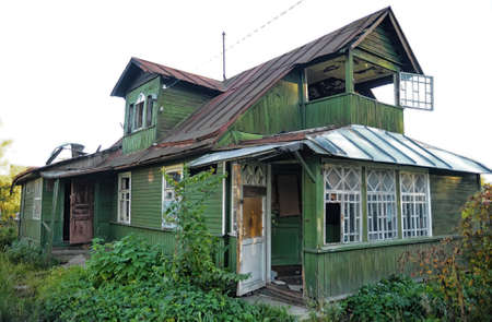 abandoned wooden house photo