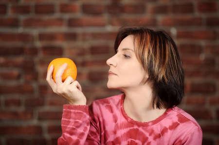 jeune fille adolescente nue: jeune femme avec orange dans les mains