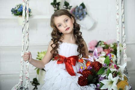 nude little girls: Девушка в белом платье на качелях с цветами
