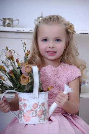 물을 핑크 드레스에서 아름 다운 소녀