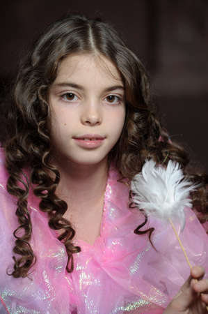 nude little girls: девушка с темными вьющимися волосами, в розовом платье
