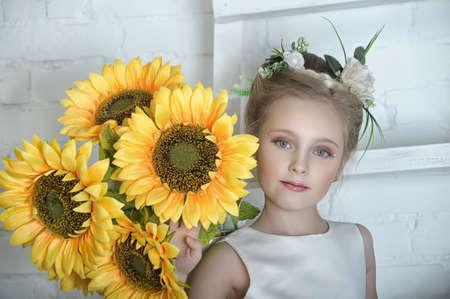 Ni�a con flores photo