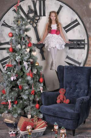 familia en la iglesia: chica esperando para Navidad Foto de archivo