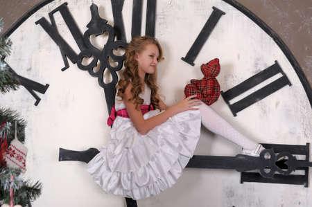 クリスマスを待つ少女 写真素材