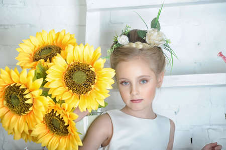 Ragazza con girasoli photo