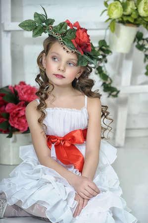 Muchacha del vintage con flores en el pelo photo