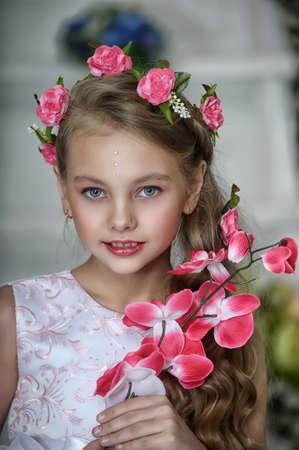 Weinlese-Mädchen mit Blumen Standard-Bild - 17458360