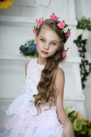 Muchacha del vintage con flores photo