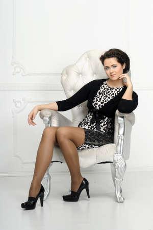 businesswoman suit: Mujer joven en una silla Foto de archivo