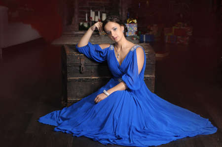 donna elegante in stile retr� in un vestito blu photo
