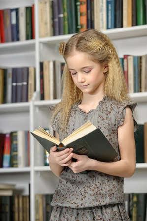 meisje met een boek in een bibliotheek