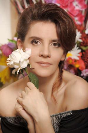 ritratto di una donna con una rosa in mano Archivio Fotografico - 19024024