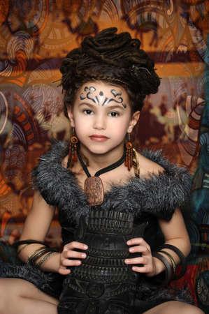 talism: Chica con rastas y el estilo de ropa �tnica Foto de archivo