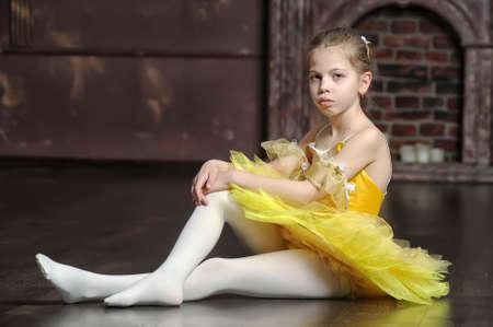 검은 배경에 대해 젊은 발레리나.
