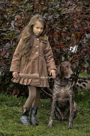 puta: niña con un perro en el parque
