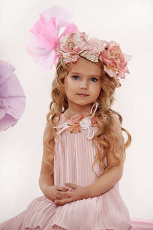 pubertad: Retrato de una ni�a encantadora con una guirnalda de rosas