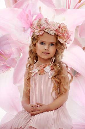 pubertad: Retrato de una niña encantadora con una guirnalda de rosas