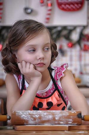 molesto: La muchacha en la cocina manchado de harina Foto de archivo