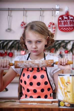La muchacha en la cocina manchado de harina Foto de archivo