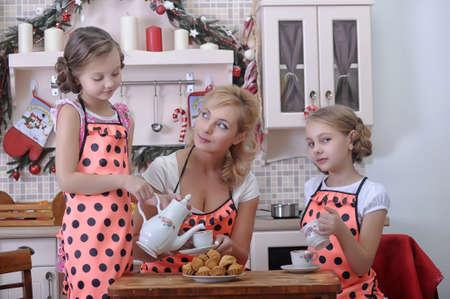 madre con dos hijas en la cocina