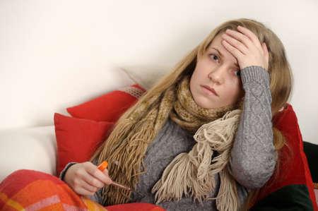 女の子は風邪、頭痛および温度 写真素材