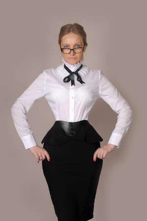 Mujer de negocios en una blusa blanca y falda negro photo