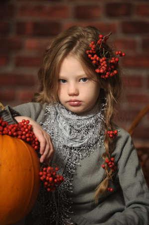 Chica joven con una calabaza amarilla Foto de archivo - 18207227