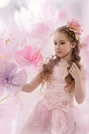 Muchacha retra del estilo con una flor en los rizos photo